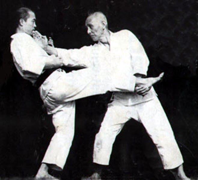 Soke Hironori Ohtsuka, tenica di schivata con un giovane Tatsuo Suzuki