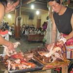 """Shangri-La.  Cena a base di yak alla brace  con servizio da """"manuale""""."""