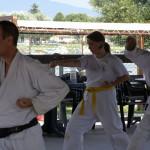 Luciano, Elisa e Michela, praticano kata nella pista da ballo del campeggio.