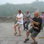 Taiji Quan sulla muraglia cinese. In primo piano il M° Fausto Ronco.