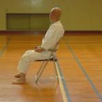 Sensei Suzuki   in un momento di riposo durante l'allenamento  ad Iwakuni.