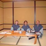 Laura, Michela e Aurelio, in una stanza d'albergo in stile tradizionale.